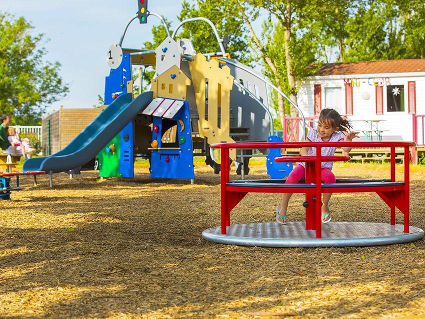 Интересным мягким покрытием для детской площадки являются декоративные щепки