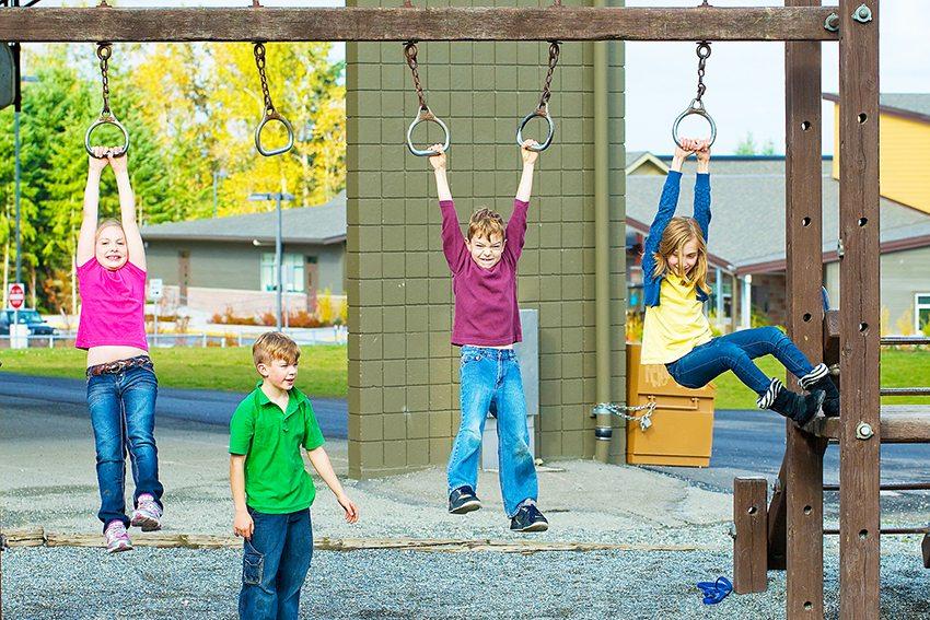 Не стоит использовать щебень или бетонную заливку на площадке, предназначенной для очень маленьких детей