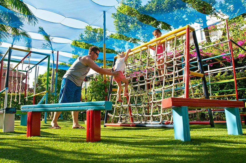 Используя синтетический газон для маленьких детей, следует выбирать невысокую траву