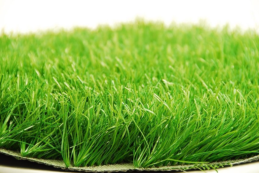 Синтетический газон является практичным вариантом покрытия для детской площадки