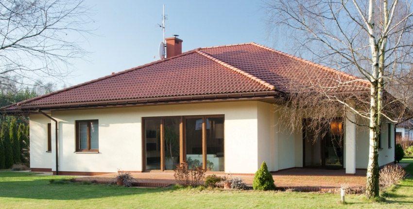 Для отделки кирпичных стен дома использована фасадная штукатурка