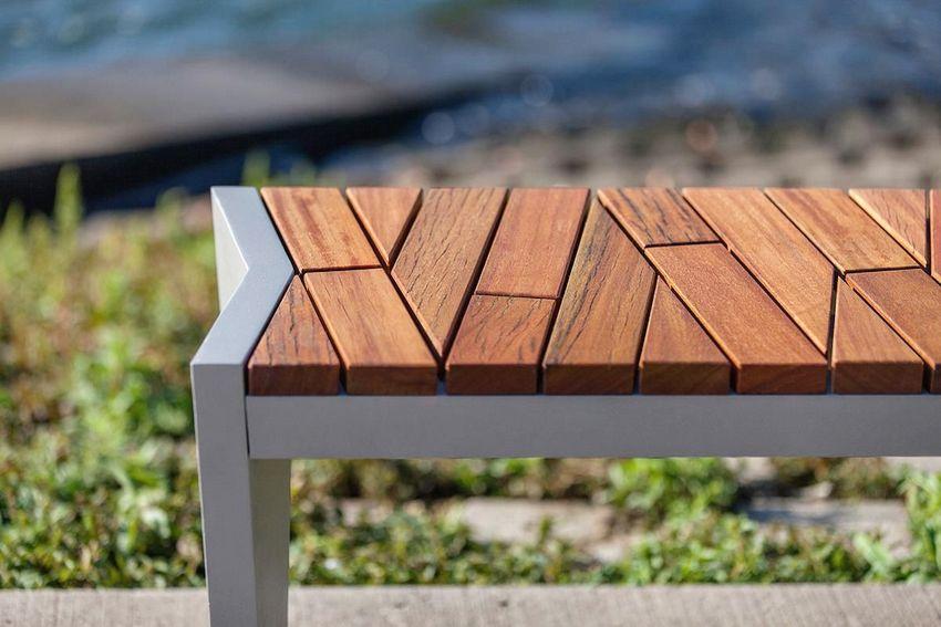 Комбинированная лавочка, построенная из металла и древесины