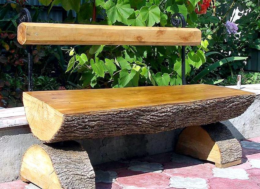 Рис. 2. Садовая скамейка из бревен во дворе загородного дома