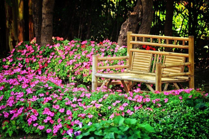 Скамейка в стиле рустик станет уникальным объектом на садовом участке