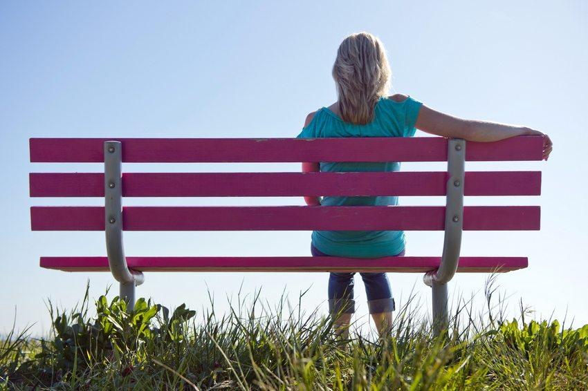 Пример деревянной скамейки с каркасом из металла