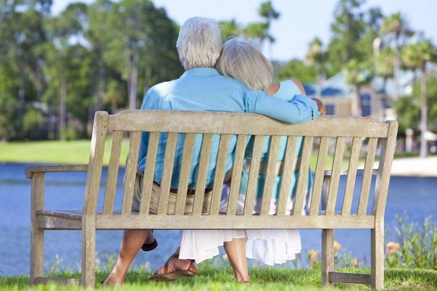 Скамейка за счет наличия спинки имеет более удобную конструкцию для сидения по сравнению с лавкой