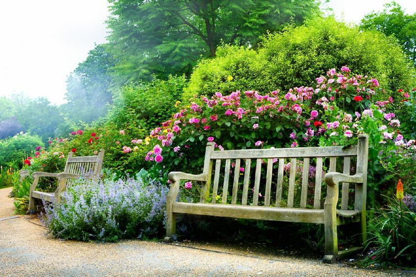 Скамейки, построенные из древесины, гармонично вписываются в любой ландшафт