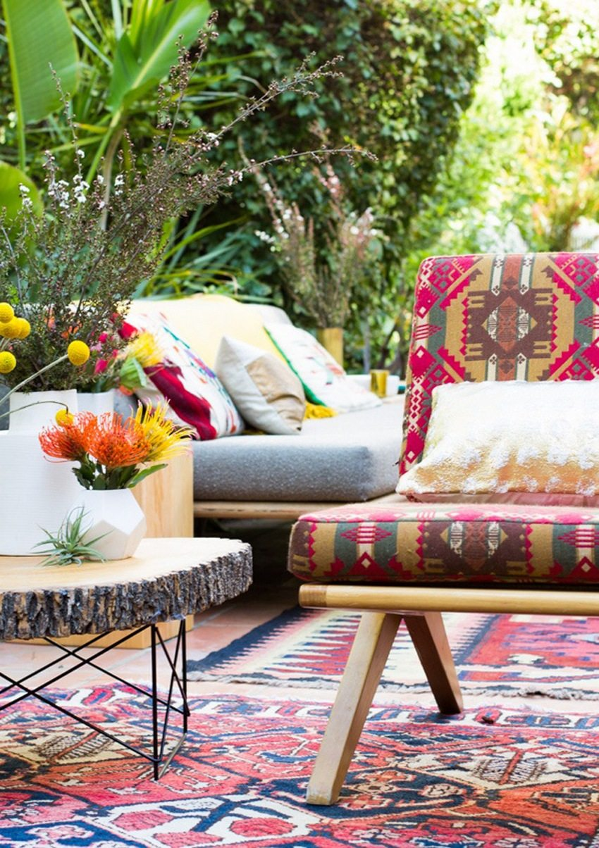 Деревянные скамейки с удобными мягкими сиденьями, декорированные подушками