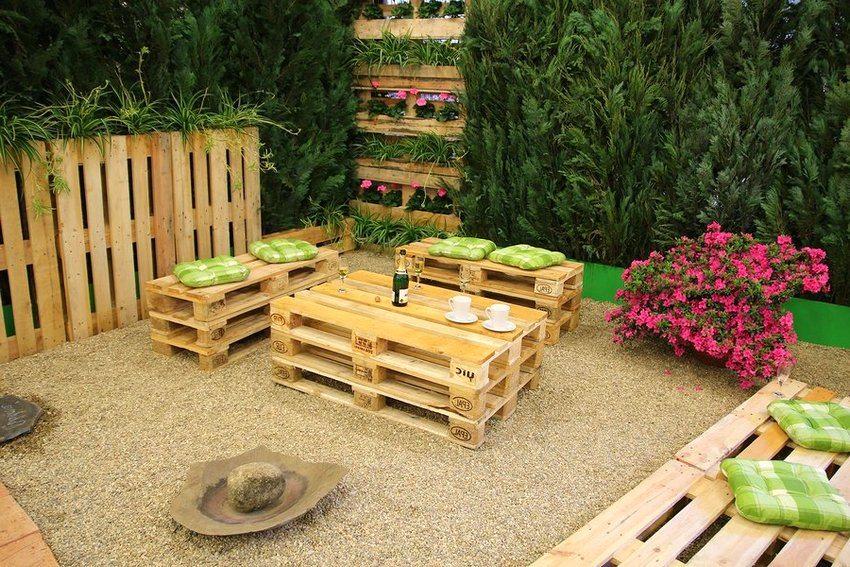 Использование деревянных поддонов – интересный способ создания оригинальной садовой мебели