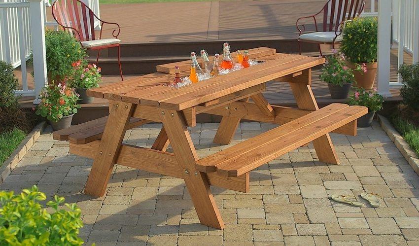Цельная деревянная конструкция для сада, состоящая из стола и скамеек