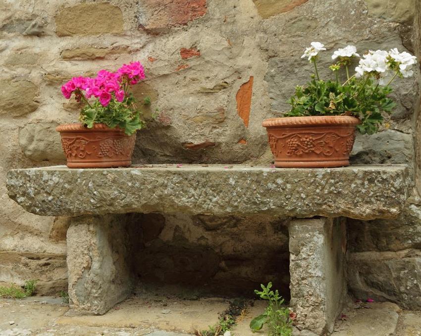 Даже самая простая лавка из камня выглядит изысканно, благородно и основательно