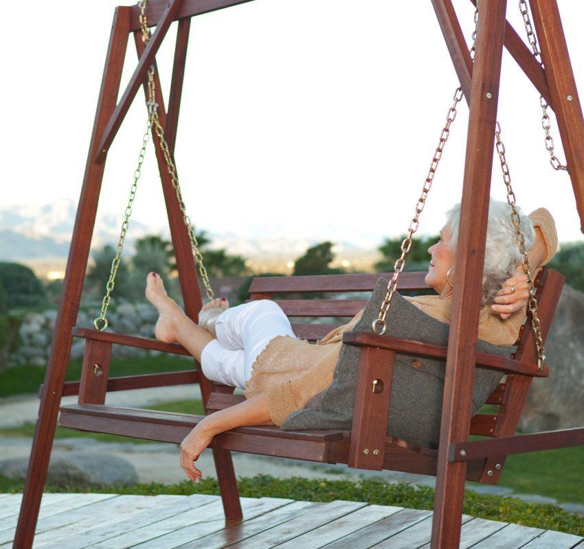 Взрослые тоже не против расслабиться и отдохнуть, вальяжно покачиваясь на качелях