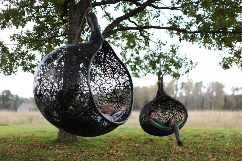 Плетеные качели в виде сфер достаточно вместительны и удобны
