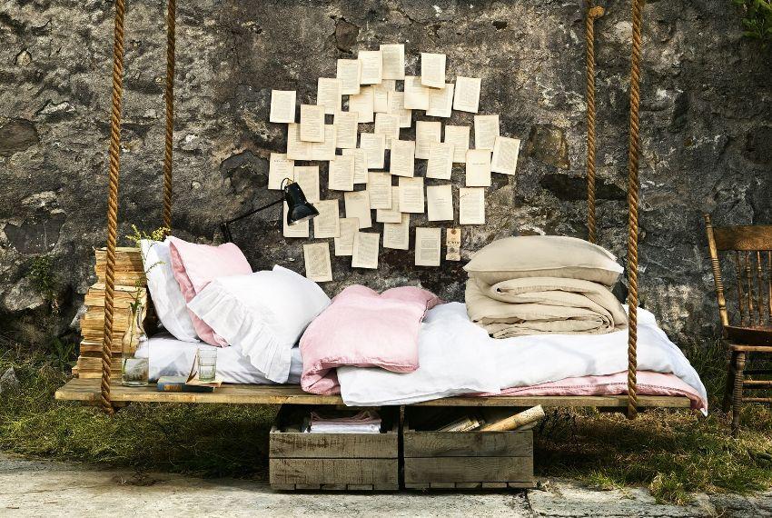 Подушки и пледы сделают качели мягче и уютнее