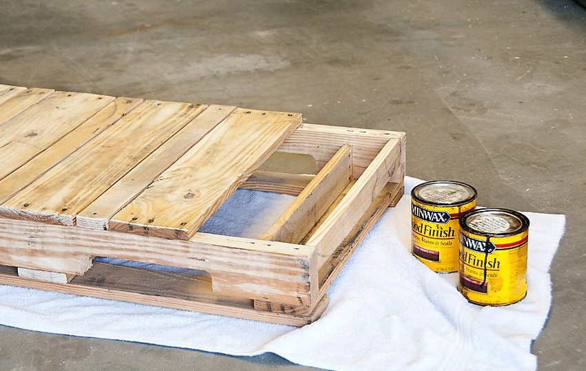 Качели из поддона, шаг 2: обработка деревянного сидения влагозащитным составом и лакирование