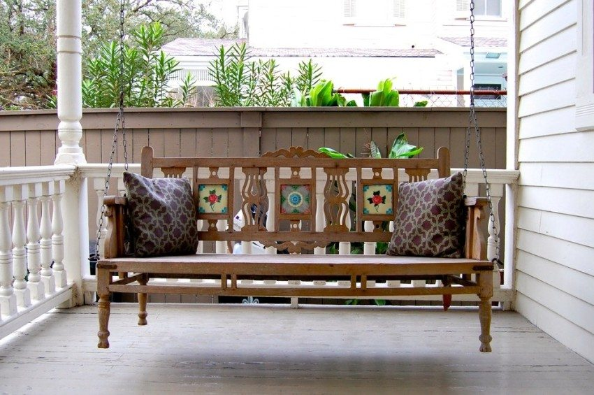 Качели, установленные на террасе - прекрасное место для времяпровождения с семьей и друзьями