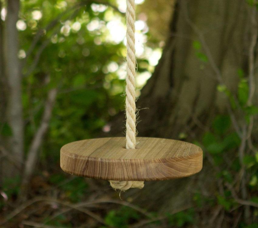 Простые деревянные качели для детских игр на свежем воздухе