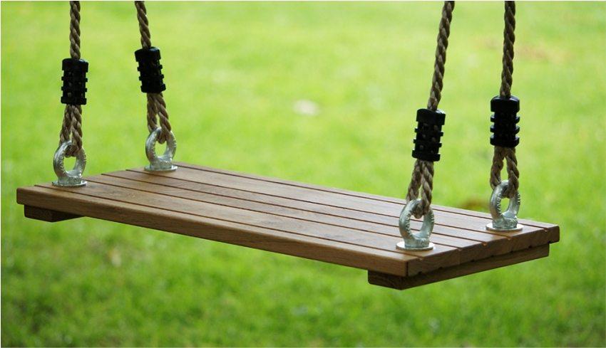 Деревянные и металлические части качелей необходимо периодически обрабатывать защитными составами