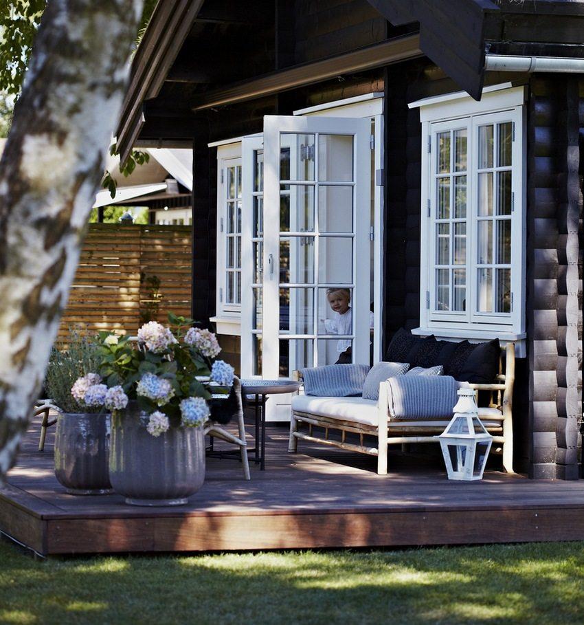Деревянная скамейка в эко-стиле, расположенная на террасе частного дома