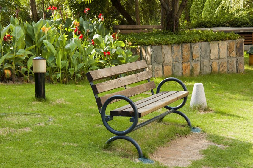 Оригинальный дизайн скамьи, расположенной во дворе частного дома