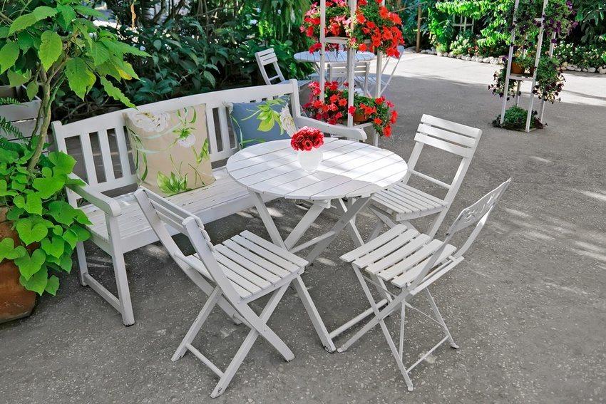 Деревянная скамейка является центральным элементом зоны отдыха в саду