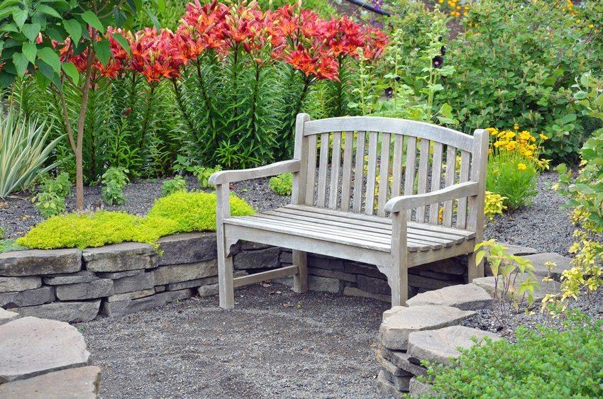 Дерево теплое и приятное на ощупь, что делает его идеальным в качестве материала для создания скамеек и прочей садовой мебели