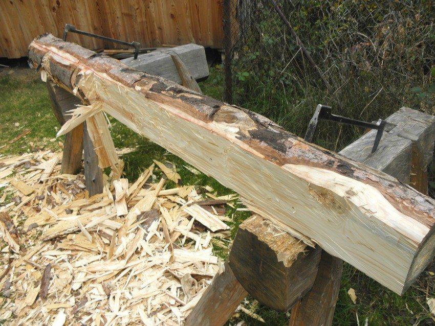 Процесс изготовления садовой скамейки из бревна