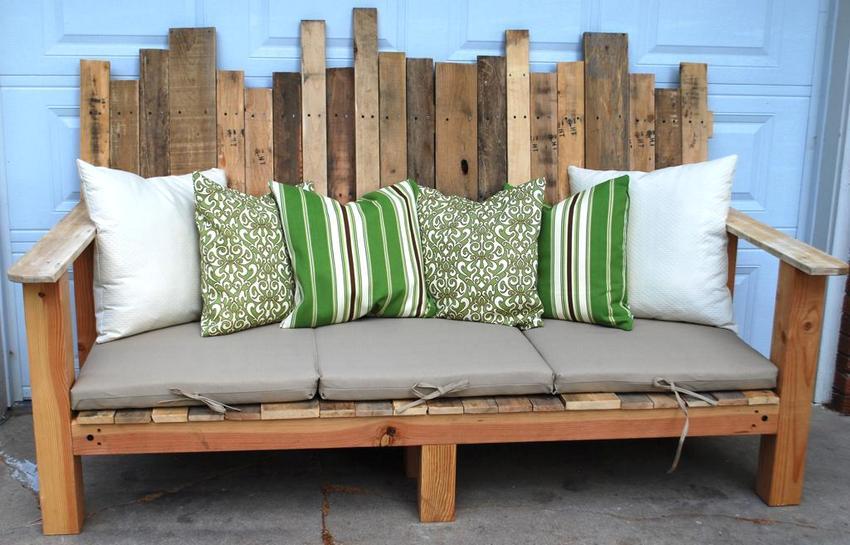 Пример необычного дизайна деревянной скамейки из поддонов