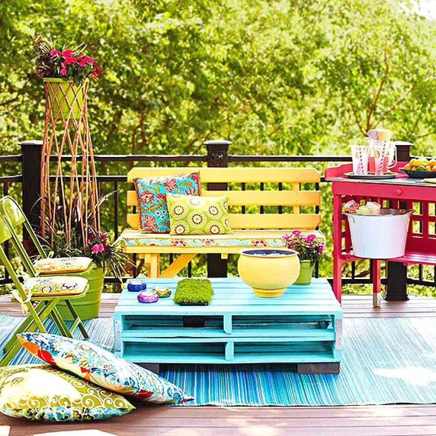 Деревянная скамейка, выкрашенная в жизнерадостный желтый цвет, гармонично вписывается в общий дизайн зоны отдыха