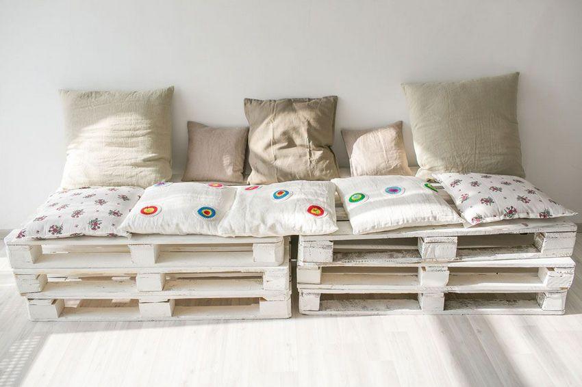 Скамейка из поддонов, декорированная красивыми льняными подушками