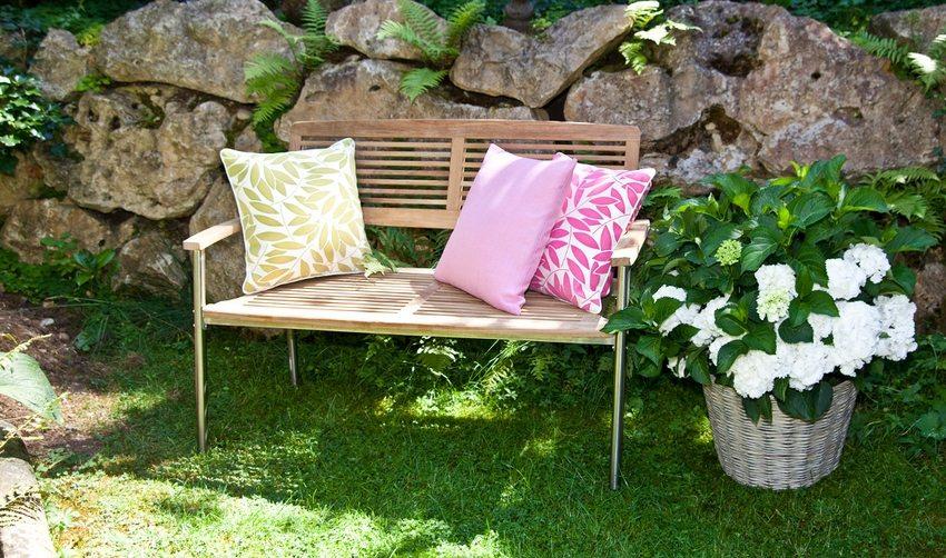 Деревянная садовая скамейка с металлическим каркасом