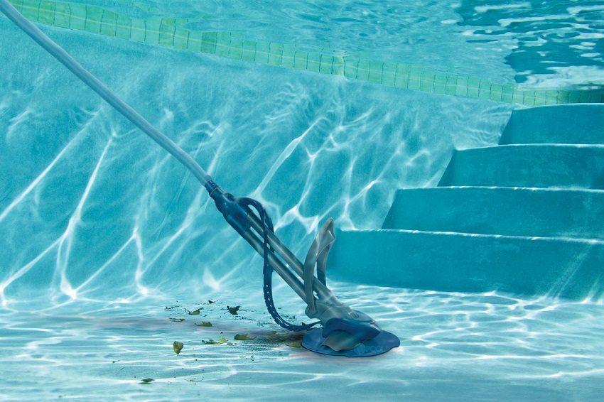 Пылесос для бассейна помогает справиться с осадком, а также налетом, который образуется по ватерлинии бассейна