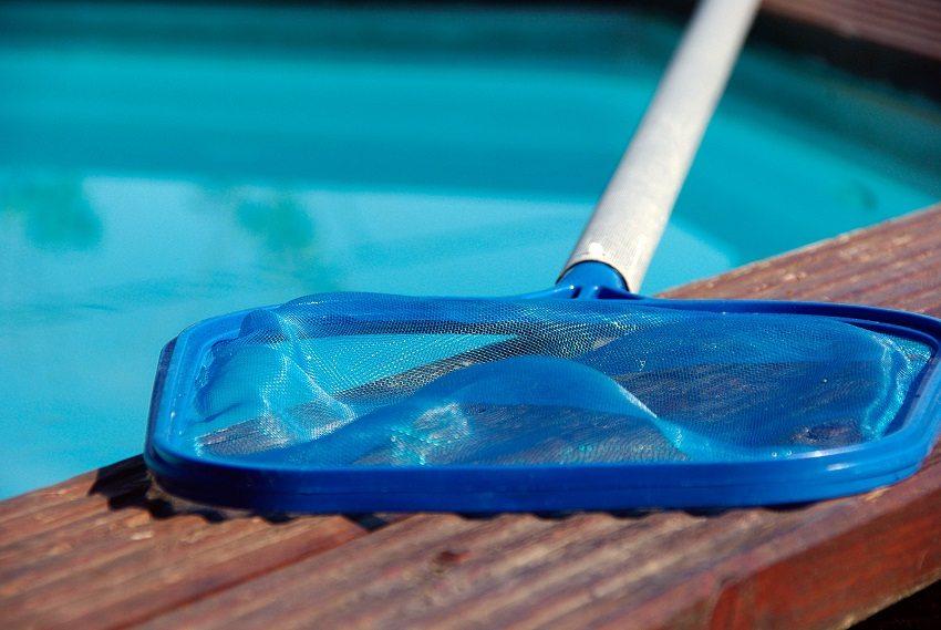 Сачок для чистки бассейна используется для вылова из воды различного мусора