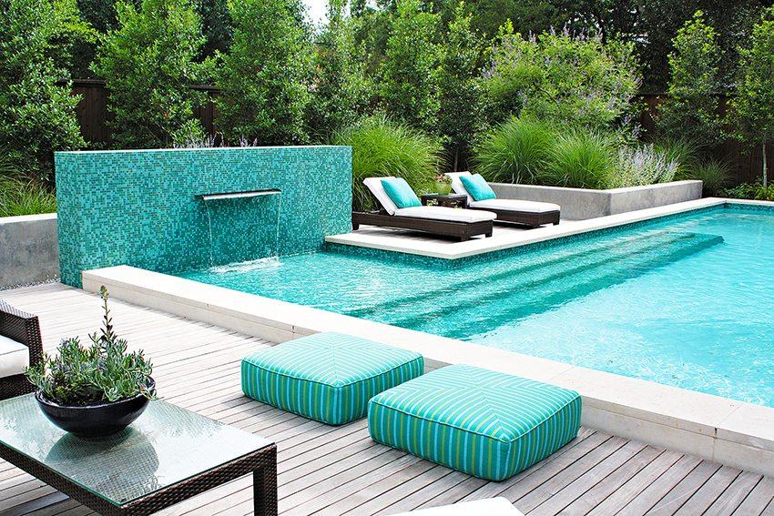 Бассейн из бетона можно украсить красивым водопадом
