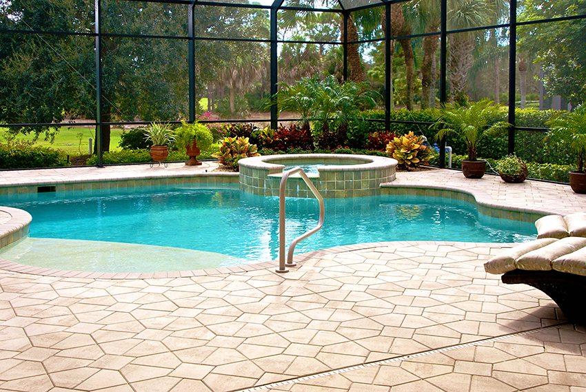 Вкапываемый бассейн часто размещают в помещении либо монтируют над ним навес