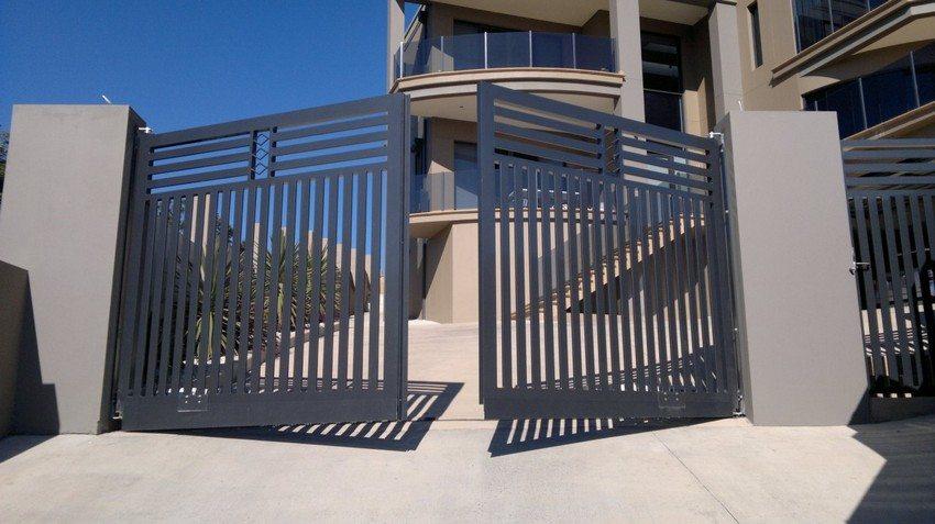 Современный дизайн металлических распашных ворот с калиткой
