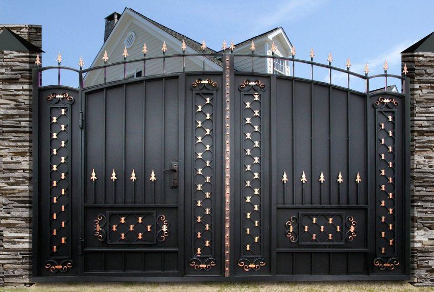 Распашные ворота из металла с элементами ковки и встроенной калиткой