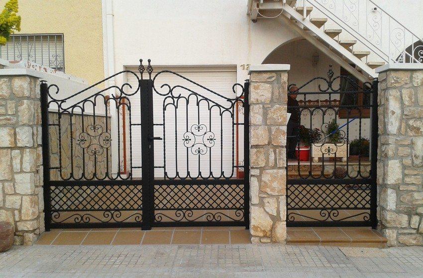 Распашные ворота с калиткой, выкованные из металла, долговечны и экологичны