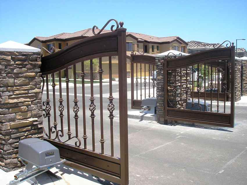 Ворота распашные металлические с калиткой: фото и инструкция по монтажу