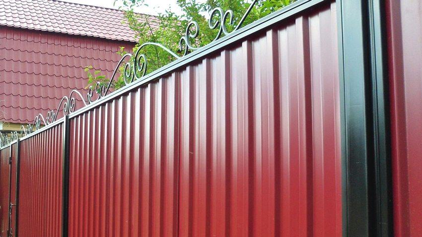 Ворота из профилированных листов с элементами ковки