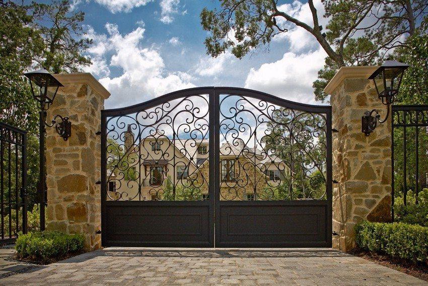 Кованые ворота и калитка смотрятся элегантно и роскошно
