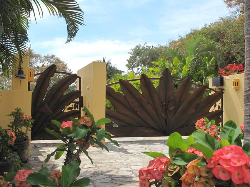Необычные распашные ворота и калитка с растительными мотивами в дизайне