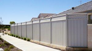 Забор из профнастила славится быстрым монтажом и возможностью повторного применения