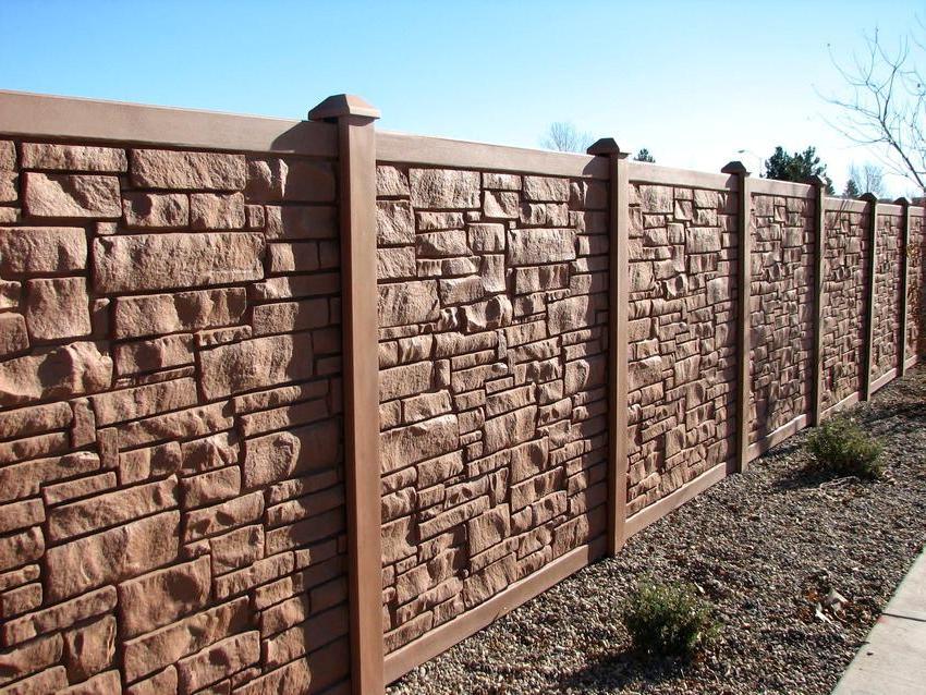 Забор из бетонных панелей с имитацией камня, покрытый краской