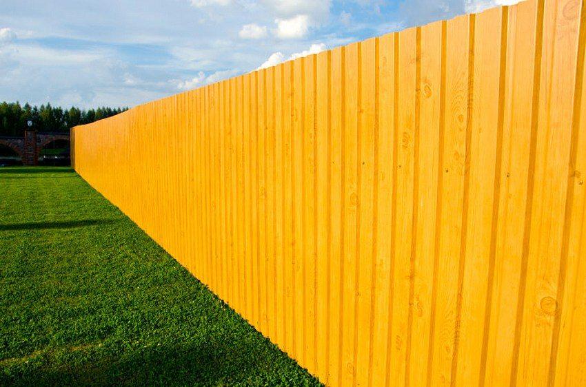 Забор из профилированных листов с имитацией дерева