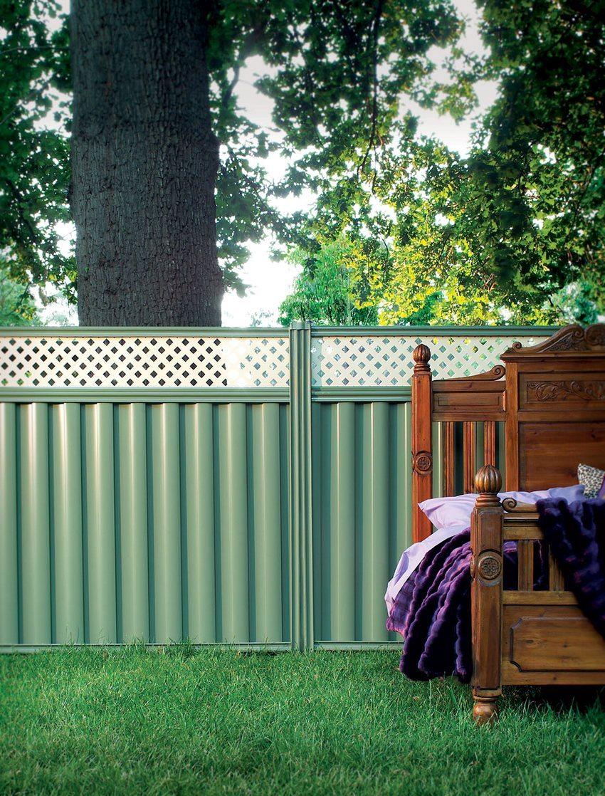 Комбинированный забор из профилированных листов и пластиковых панелей