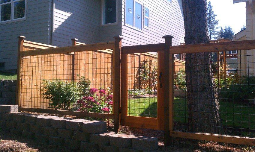 Комбинированный забор из сварной сетки и дерева