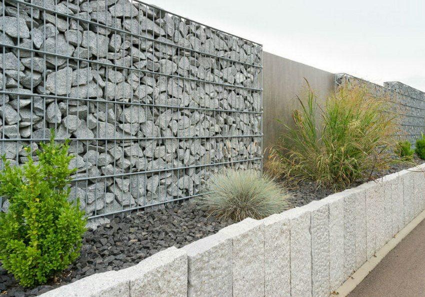 Фото-пример современной конструкции ограждения с использованием природного камня и металла