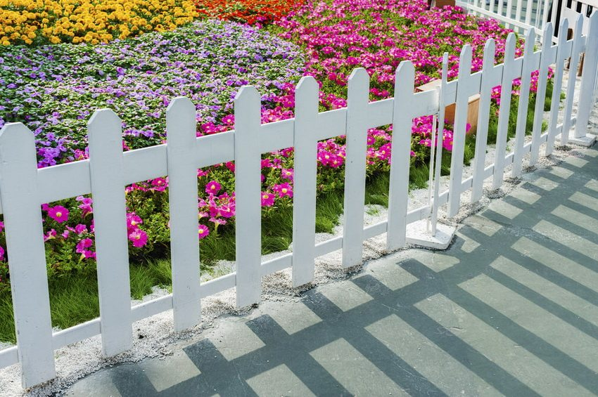 Декоративная изгородь из пластика придаст вашему цветнику особого очарования