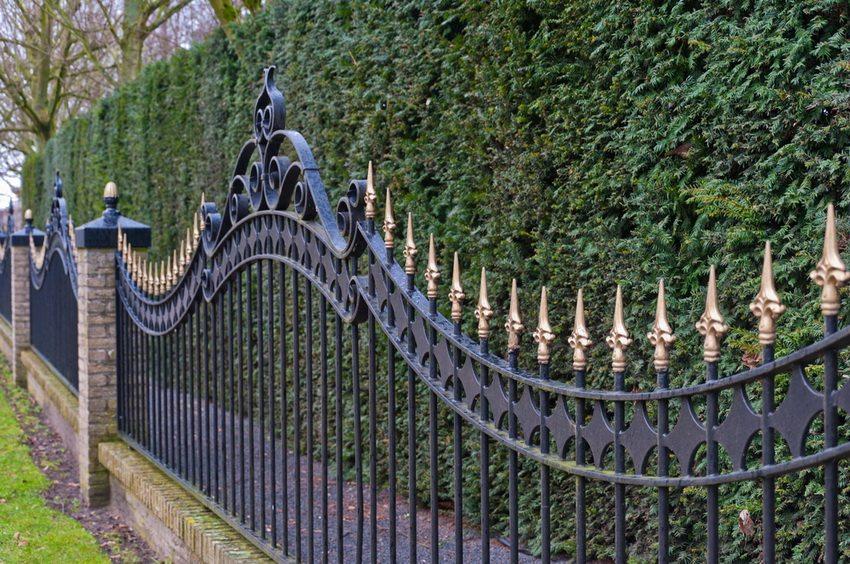 Забор из кованого металла - одна из самых высоконадежных конструкций